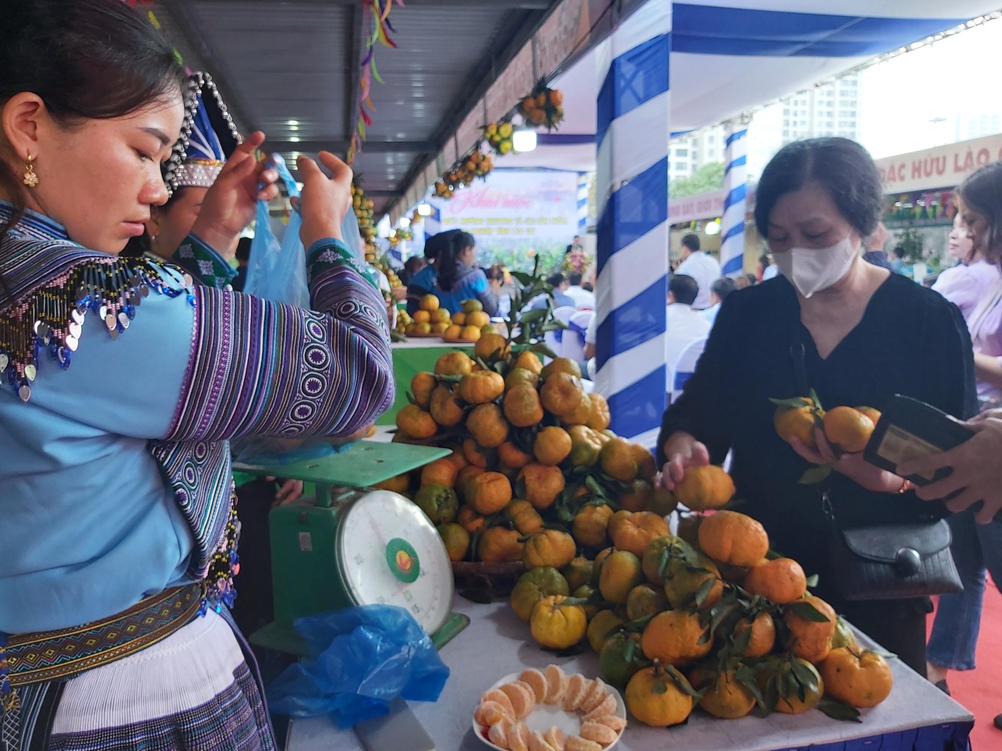 """Quýt ngọt, gạo Séng Cù, bưởi Múc...của huyện Mường Khương """"đổ bộ"""" xuống Thủ đô, người dân mê mẩn mua về ăn thử - Ảnh 3."""