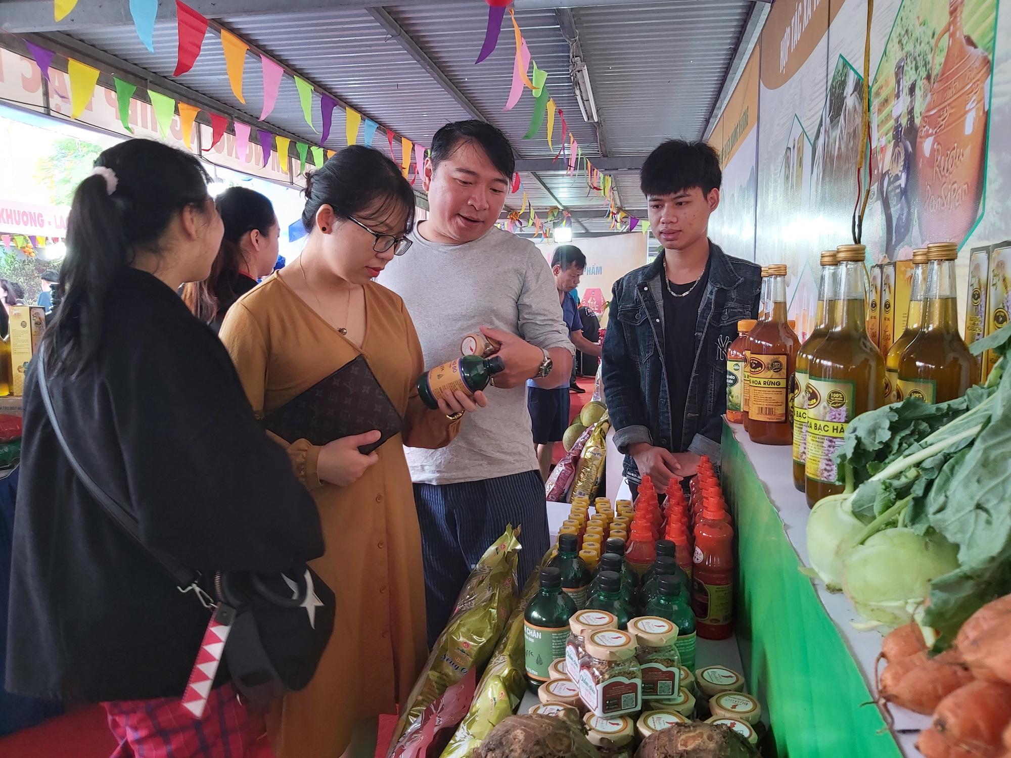 """Quýt ngọt, gạo Séng Cù, bưởi Múc...của huyện Mường Khương """"đổ bộ"""" xuống Thủ đô, người dân mê mẩn mua về ăn thử - Ảnh 6."""