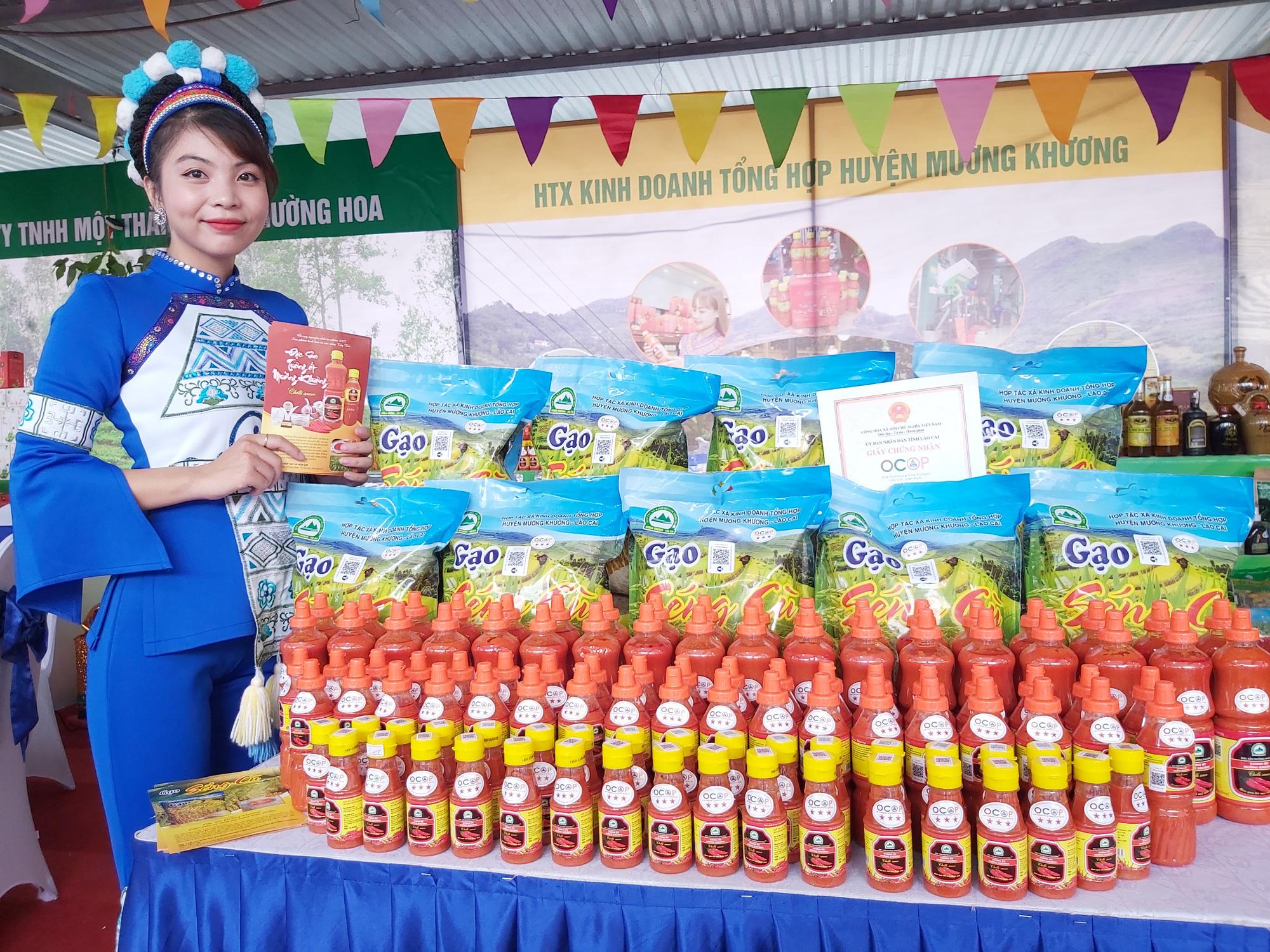 """Quýt ngọt, gạo Séng Cù, bưởi Múc...của huyện Mường Khương """"đổ bộ"""" xuống Thủ đô, người dân mê mẩn mua về ăn thử - Ảnh 14."""