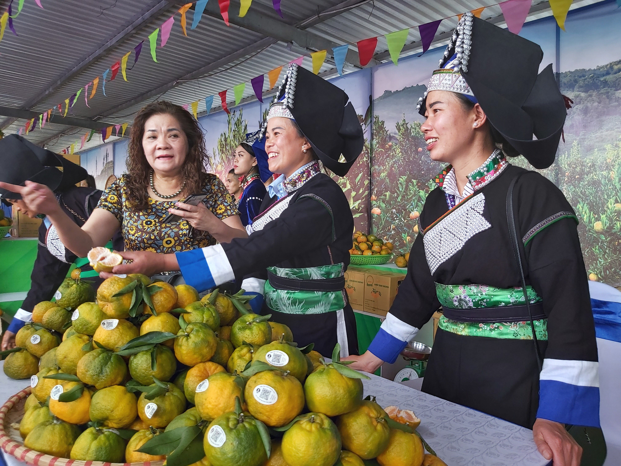 """Quýt ngọt, gạo Séng Cù, bưởi Múc...của huyện Mường Khương """"đổ bộ"""" xuống Thủ đô, người dân mê mẩn mua về ăn thử - Ảnh 5."""