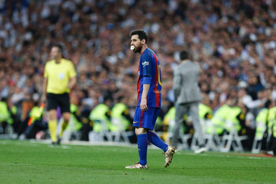 Đây! Lý do Messi thường xuyên đi bộ trên sân - Ảnh 1.
