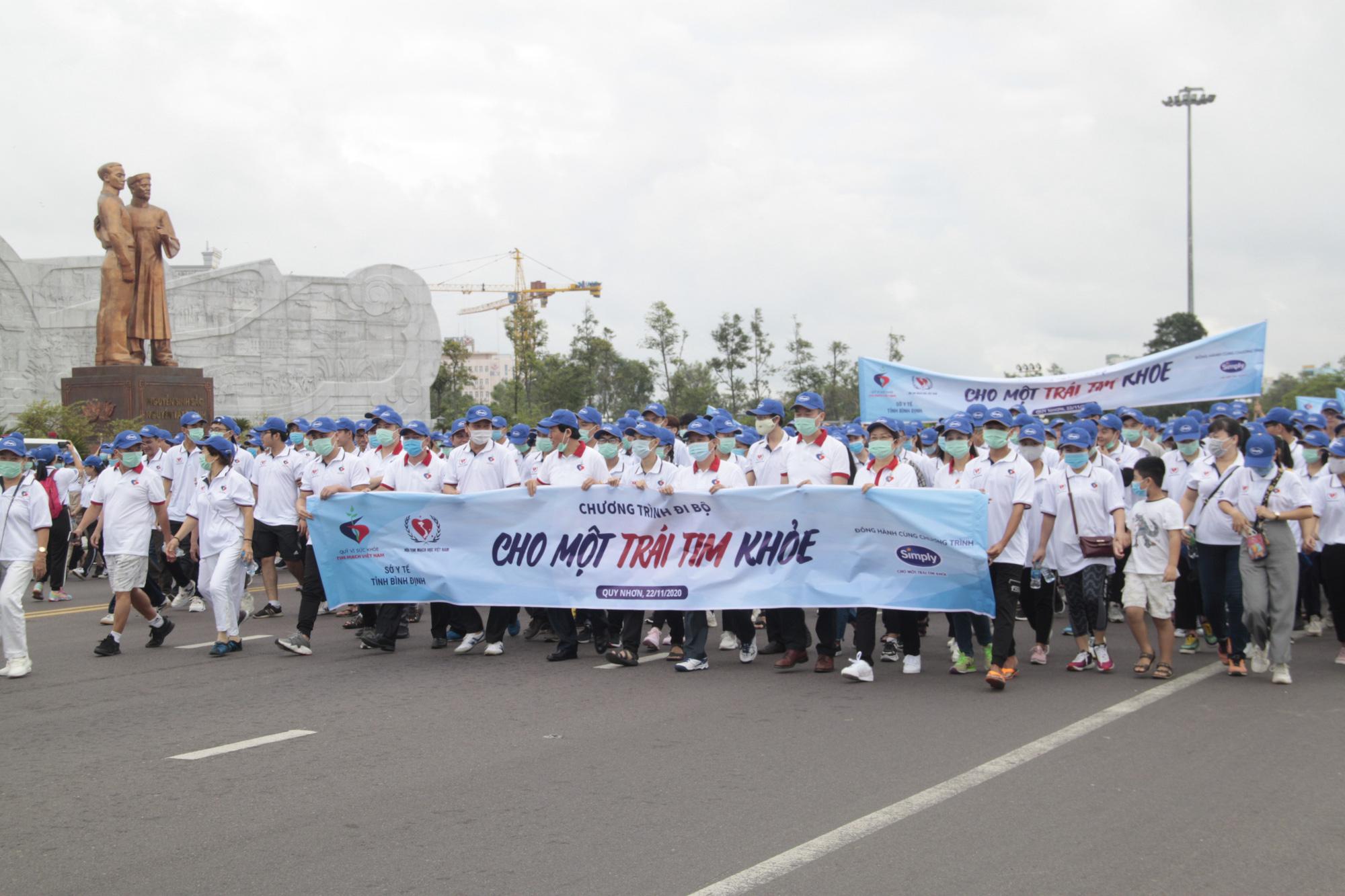 """Hàng ngàn người đi bộ ở Quy Nhơn kêu gọi vì """"một trái tim khỏe"""" - Ảnh 3."""