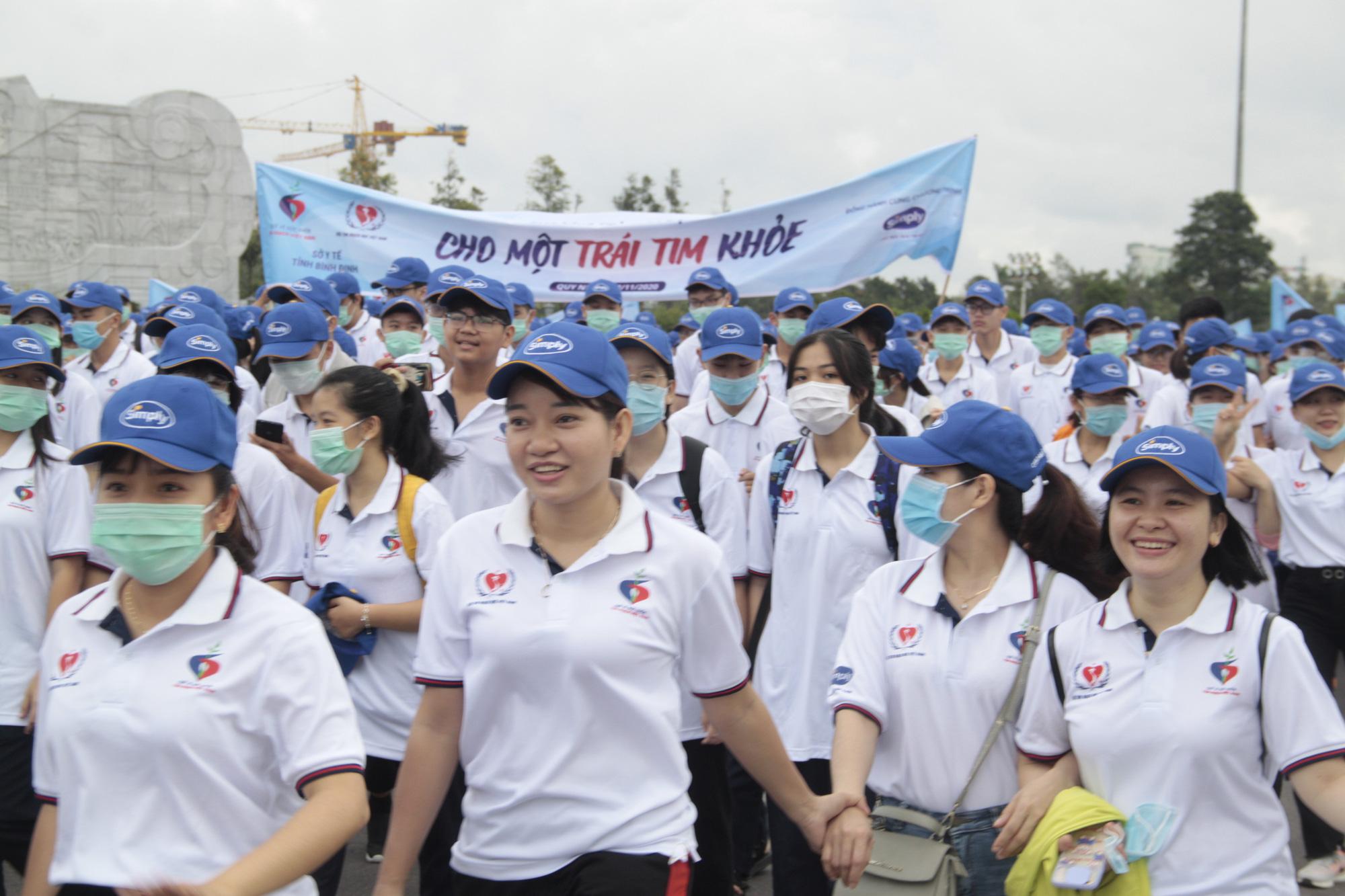 """Hàng ngàn người đi bộ ở Quy Nhơn kêu gọi vì """"một trái tim khỏe"""" - Ảnh 1."""