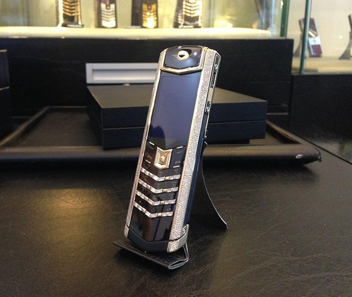 Ngắm nhìn chiếc điện thoại Vertu đắt giá nhất Việt Nam - Ảnh 4.
