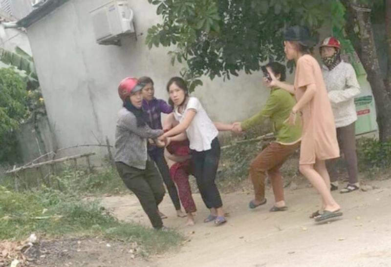 Truy tố 5 người lột đồ kéo lê 1 phụ nữ trên đường - Ảnh 1.