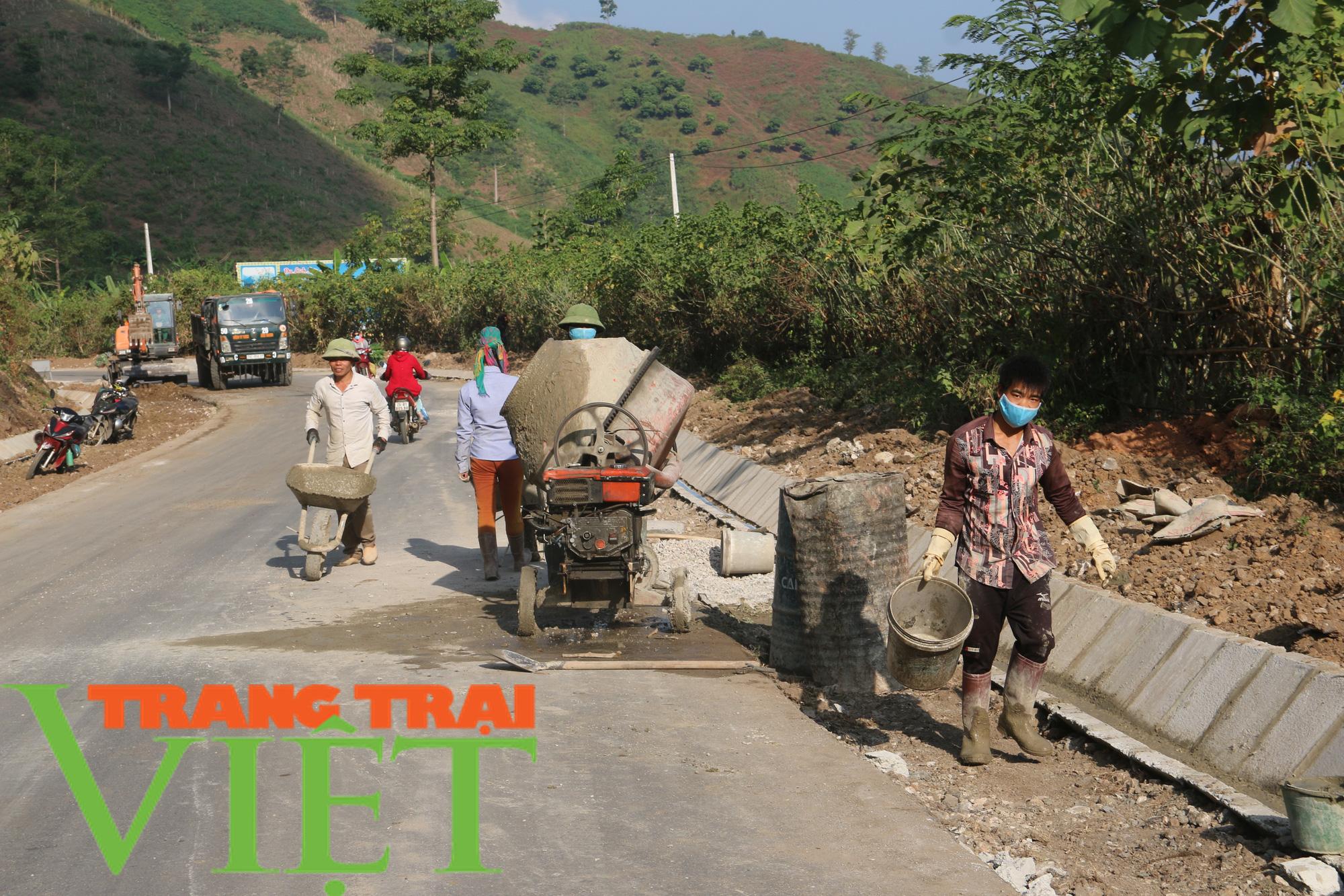 Người dân Quỳnh Nhai góp hàng nghìn ngày công, hiến đất xây dựng nông thôn mới - Ảnh 1.