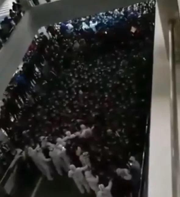 Sân bay Thượng Hải, Trung Quốc hoảng loạn vì hàng nghìn người bị buộc phải cách ly - Ảnh 3.