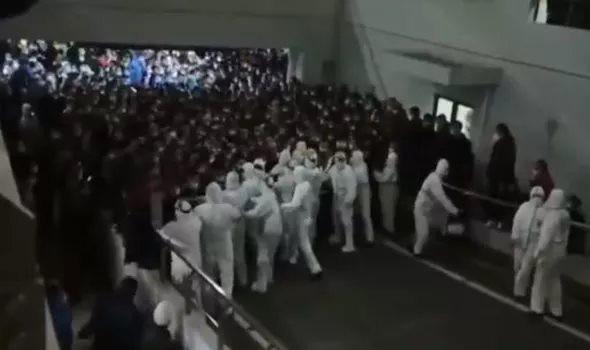 Clip: Nhân viên sân bay nhiễm Covid, sân bay Thượng Hải náo loạn vì hàng nghìn người buộc phải cách ly  - Ảnh 1.