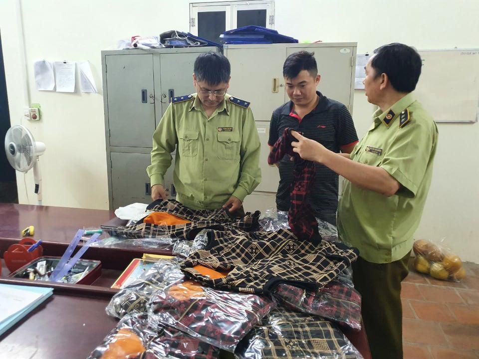 Lạng Sơn: Thu giữ hơn 200 sản phẩm hàng hóa có dấu hiệu giả nhãn hiệu nổi tiếng - Ảnh 1.