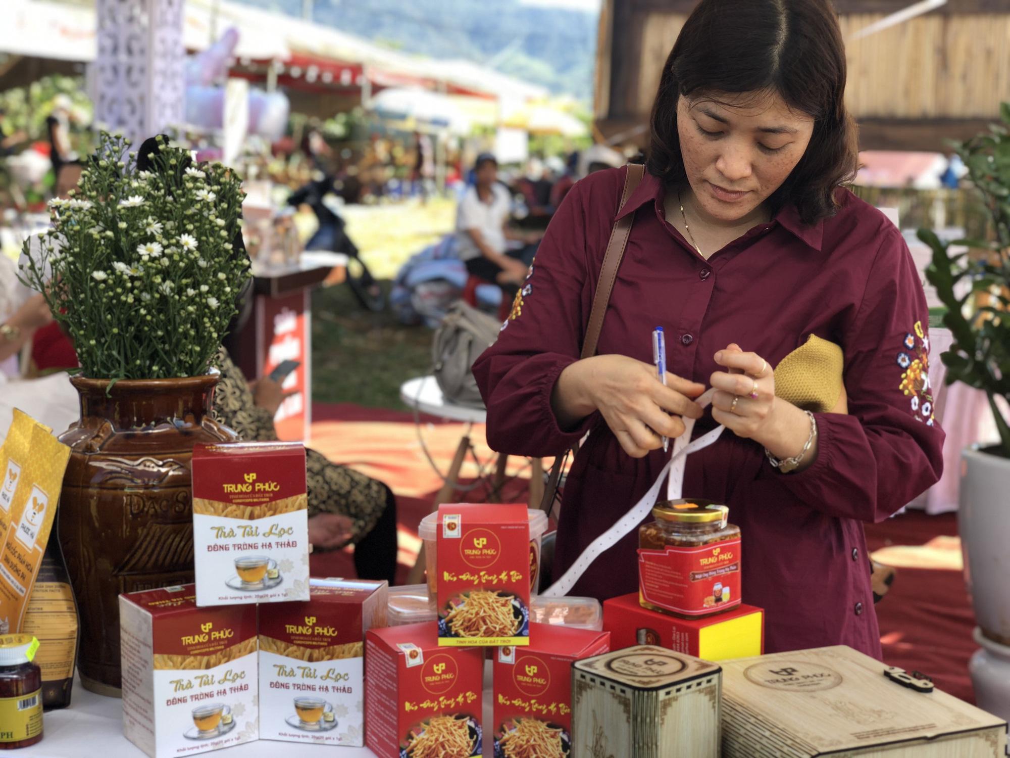 Đa dạng các sản phẩm OCOP tại các lễ hội, kết nối sản xuất với tiêu dùng - Ảnh 2.