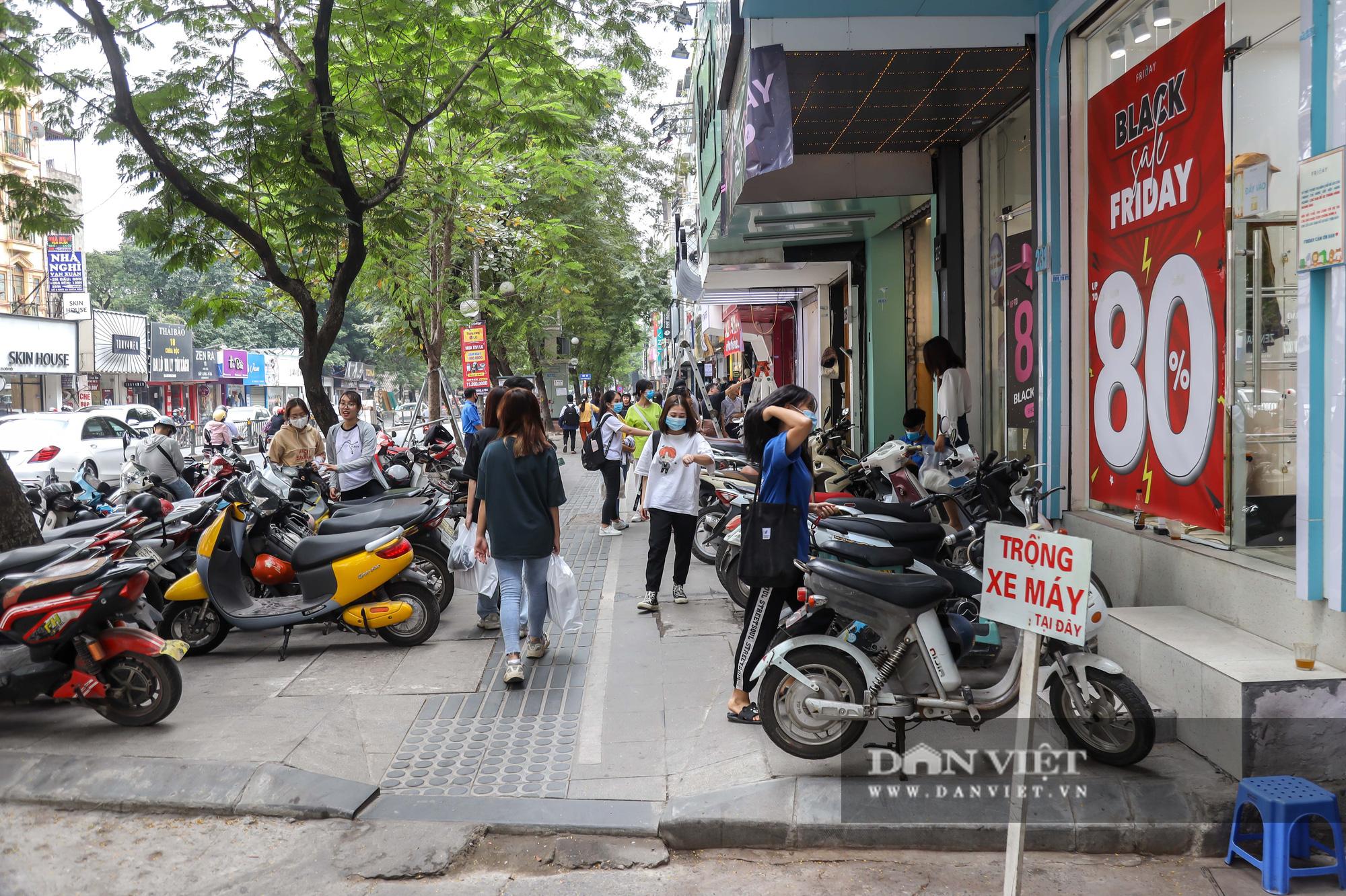 Phố thời trang Hà Nội rợp biển giảm giá 80% dù chưa đến Black Friday - Ảnh 1.
