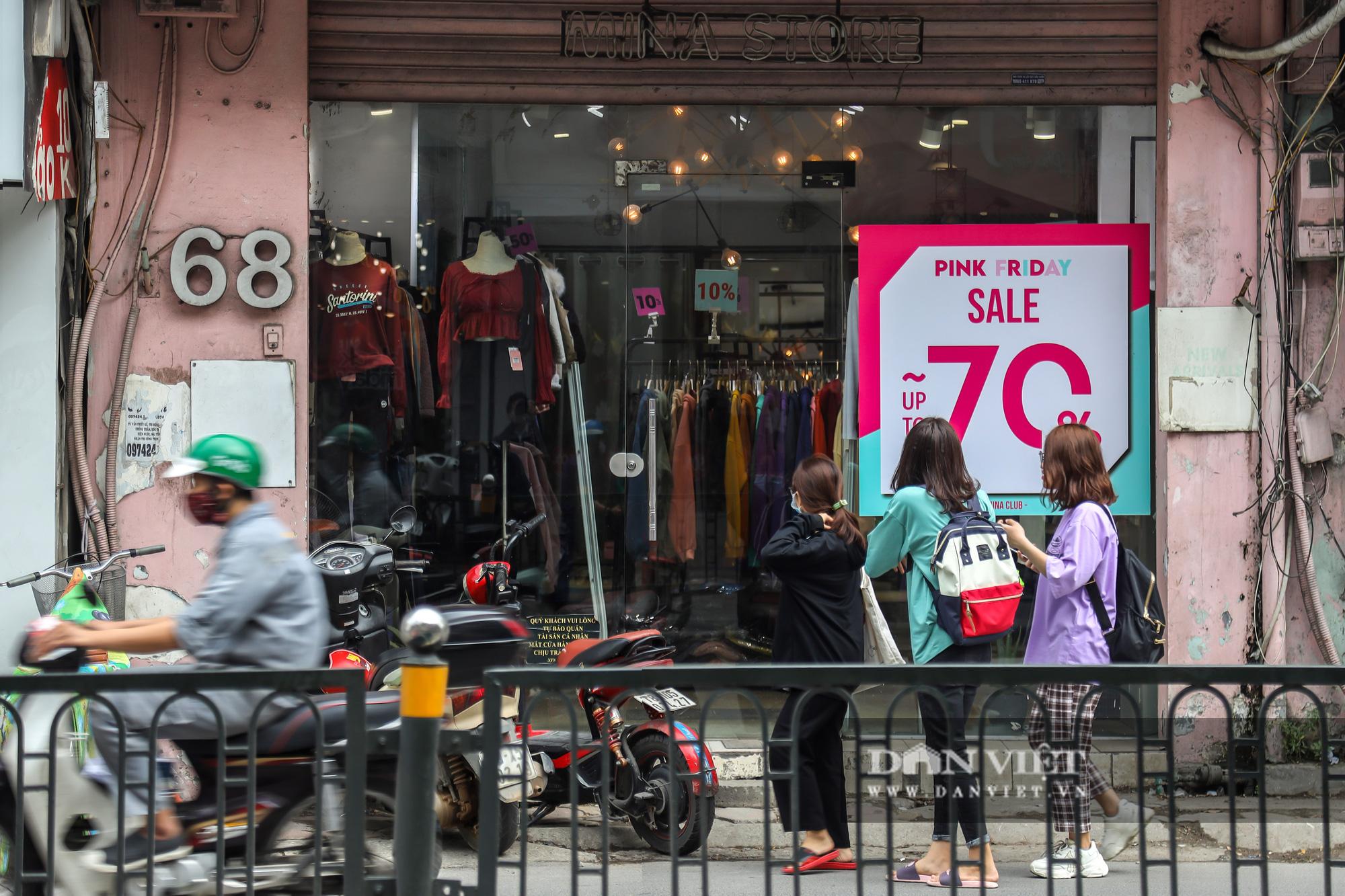 Phố thời trang Hà Nội rợp biển giảm giá 80% dù chưa đến Black Friday - Ảnh 2.