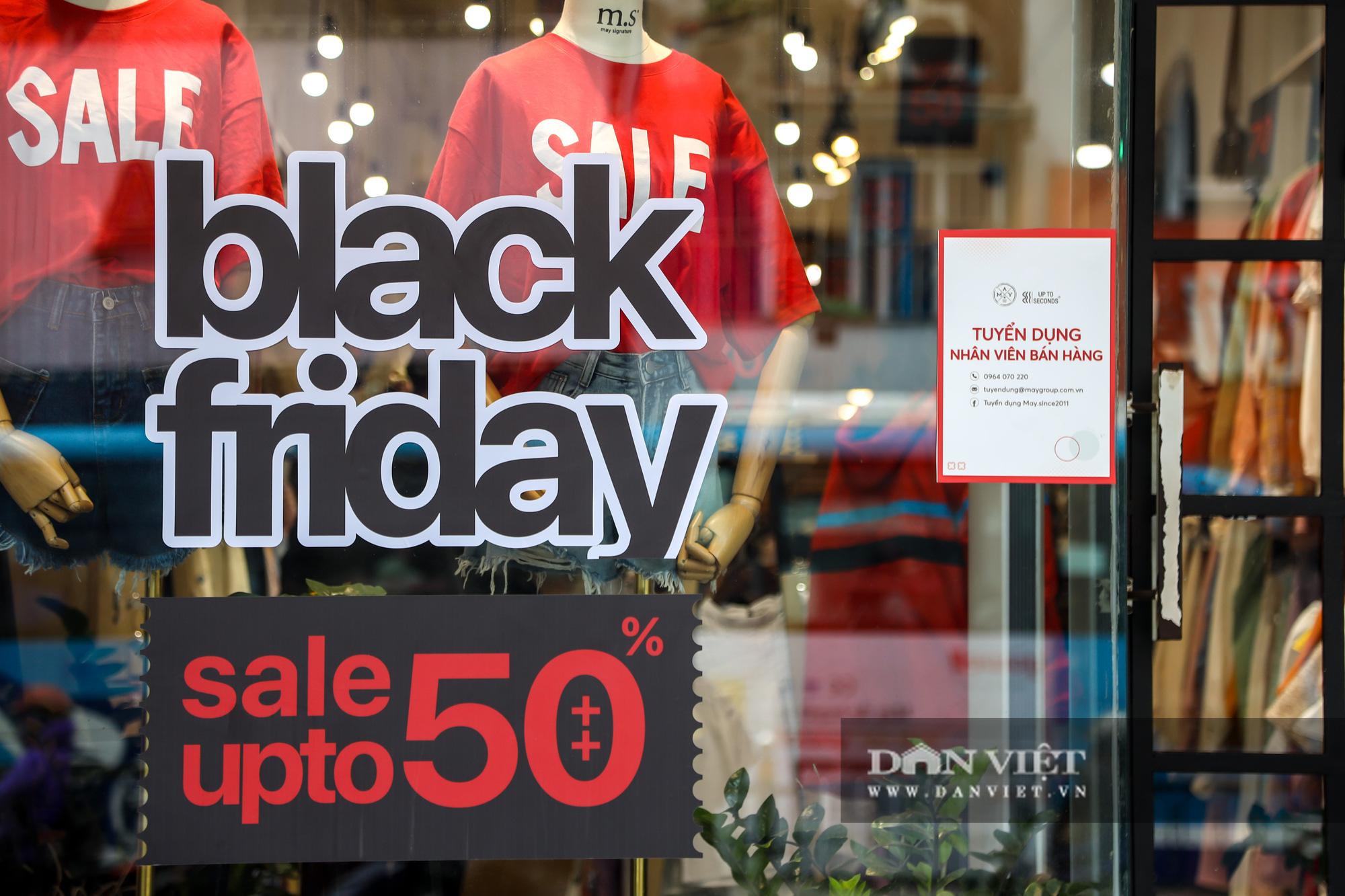Phố thời trang Hà Nội rợp biển giảm giá 80% dù chưa đến Black Friday - Ảnh 3.