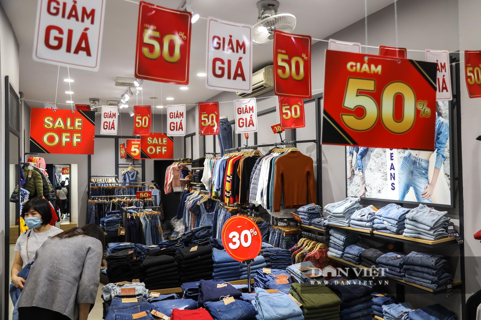 Phố thời trang Hà Nội rợp biển giảm giá 80% dù chưa đến Black Friday - Ảnh 4.