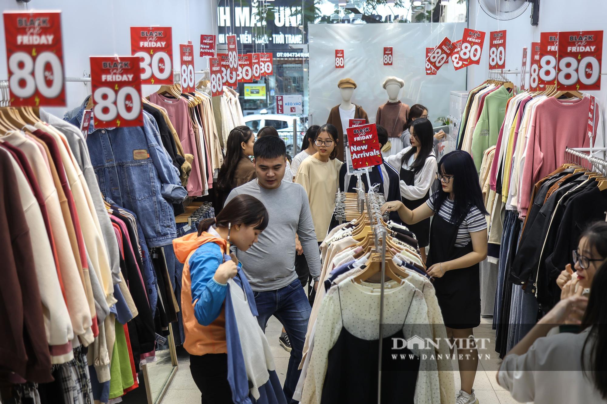 Phố thời trang Hà Nội rợp biển giảm giá 80% dù chưa đến Black Friday - Ảnh 7.