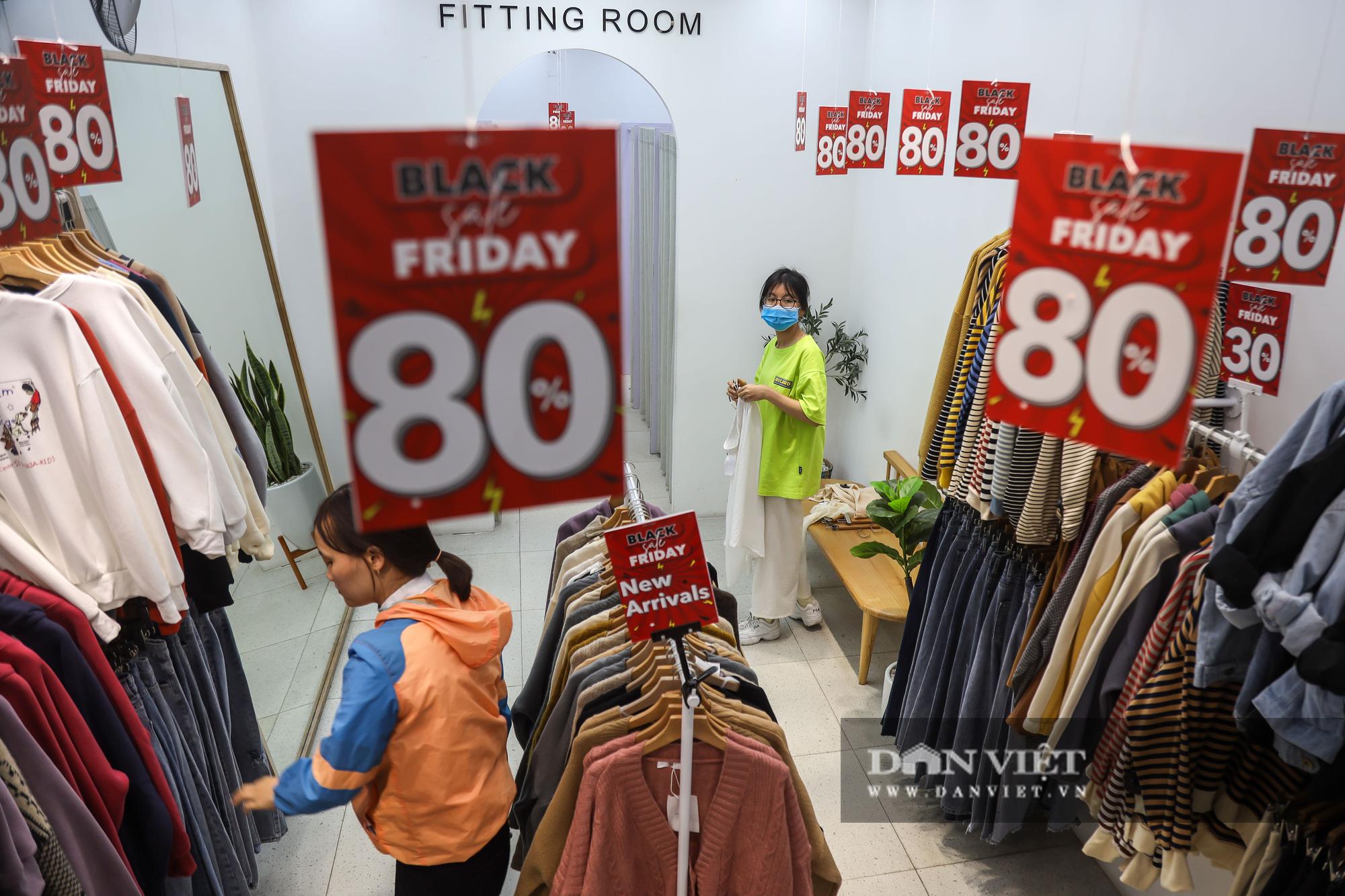 Phố thời trang Hà Nội rợp biển giảm giá 80% dù chưa đến Black Friday - Ảnh 8.