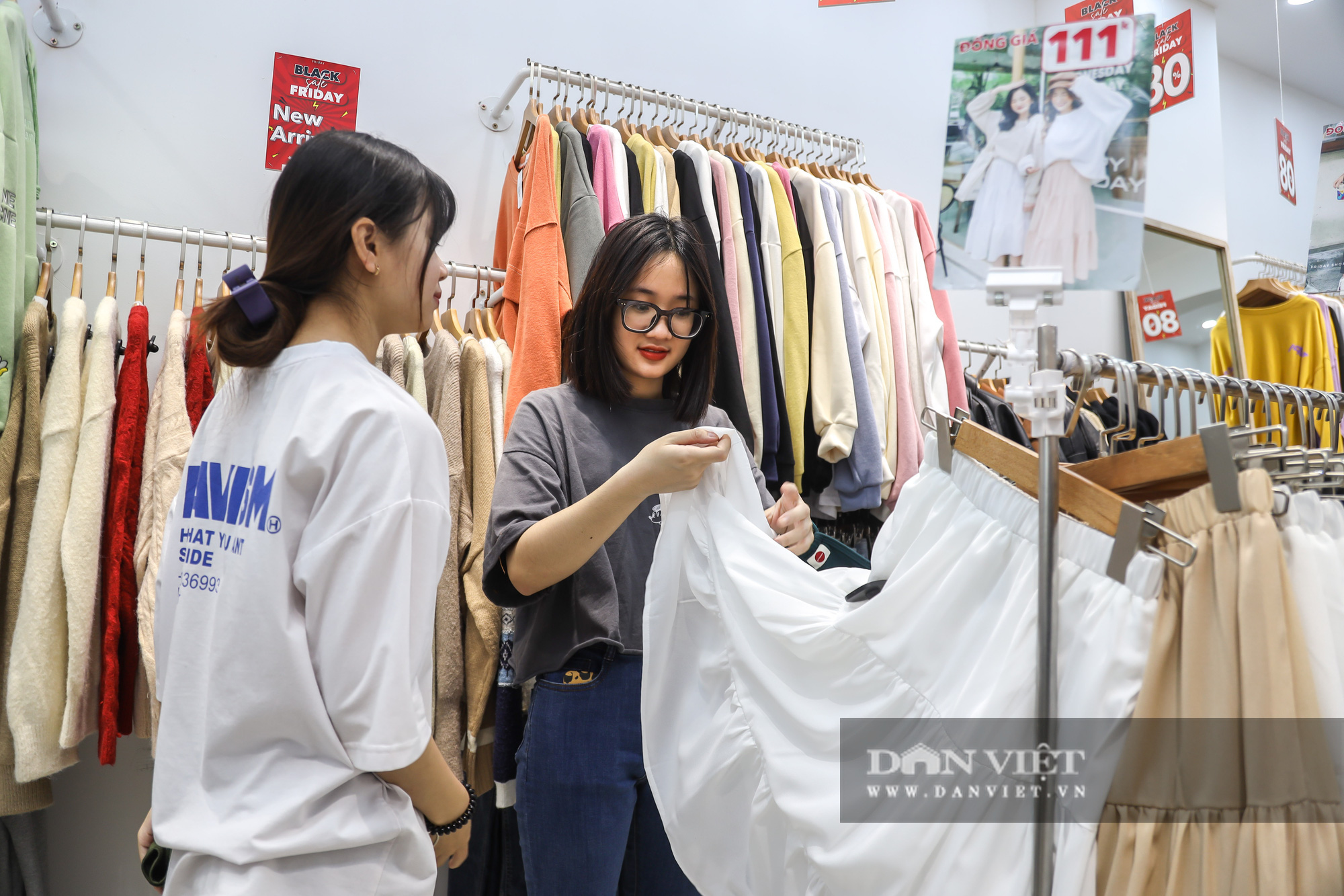Phố thời trang Hà Nội rợp biển giảm giá 80% dù chưa đến Black Friday - Ảnh 10.