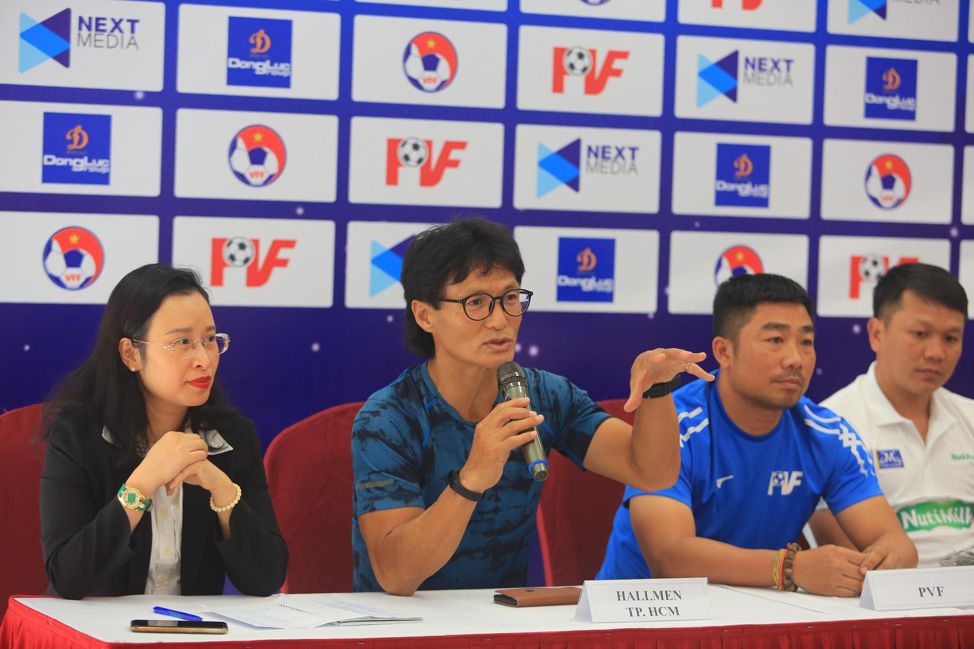 HLV Han Young-kuk khẳng định các cầu thủ U17 Hallmen TP.HCM sẽ ra sân thi đấu với 200% sức lực. Ảnh: Minh Dân