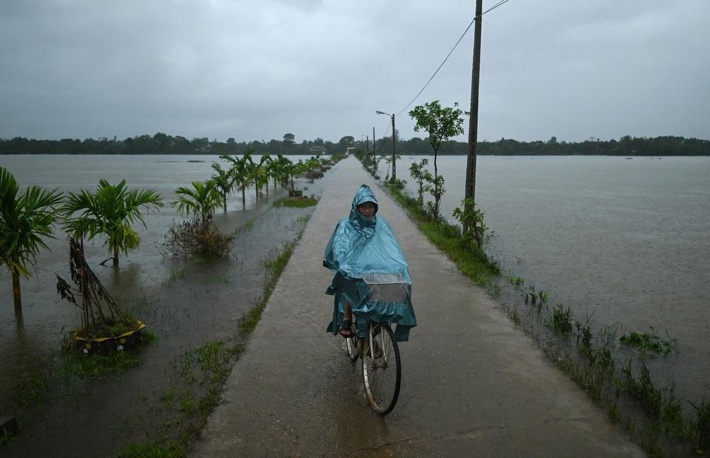 Cảnh mưa lũ tại Việt Nam được công bố trong chùm ảnh thiên tai năm 2020 - Ảnh 1.