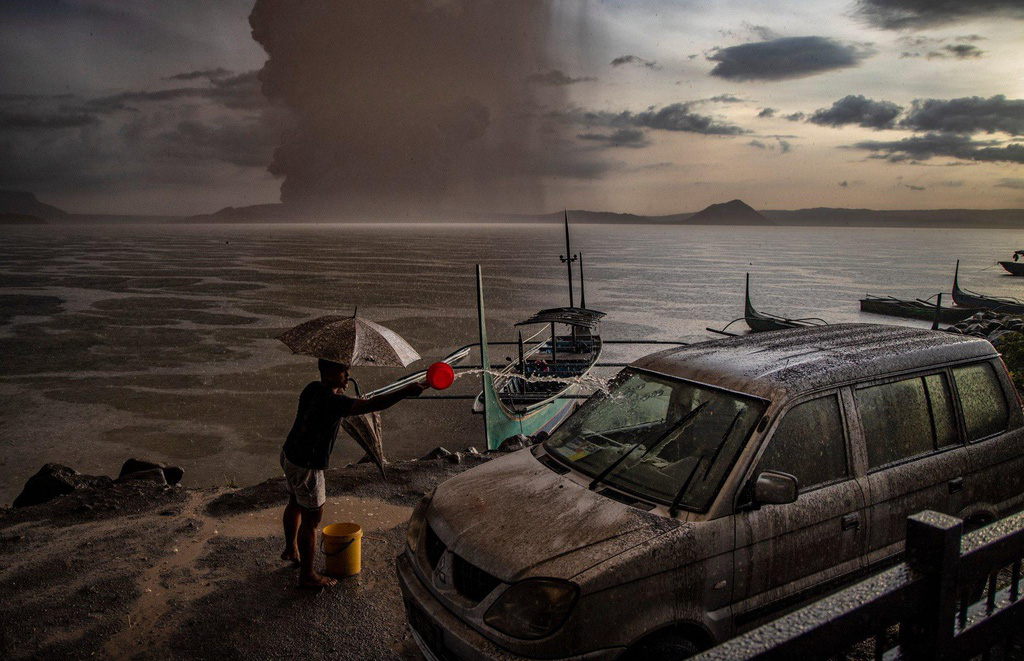 Cảnh mưa lũ tại Việt Nam được công bố trong chùm ảnh thiên tai năm 2020 - Ảnh 5.