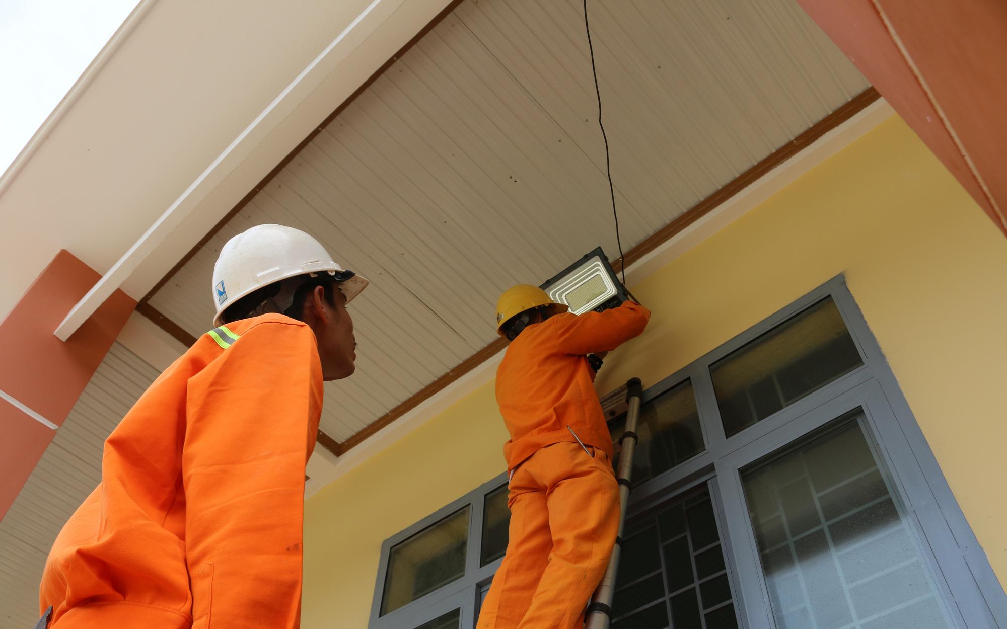 PC Đắk Nông: Tặng hệ thống chiếu sáng cho điểm Trường Tiểu học La Văn Cầu
