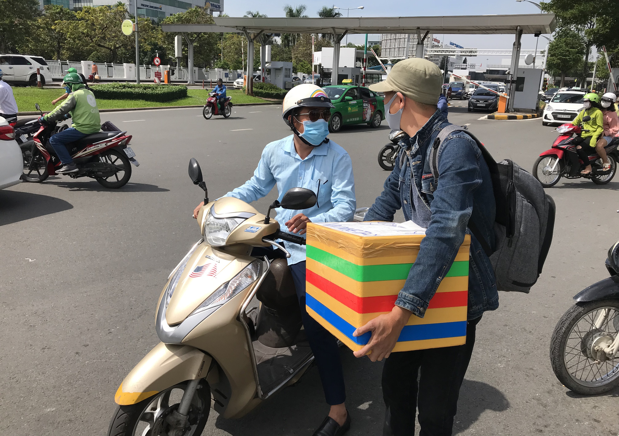 Khách vã mồ hôi, vác vali ra khỏi sân bay Tân Sơn Nhất,  cắt ngang làn ô tô để đón xe - Ảnh 3.