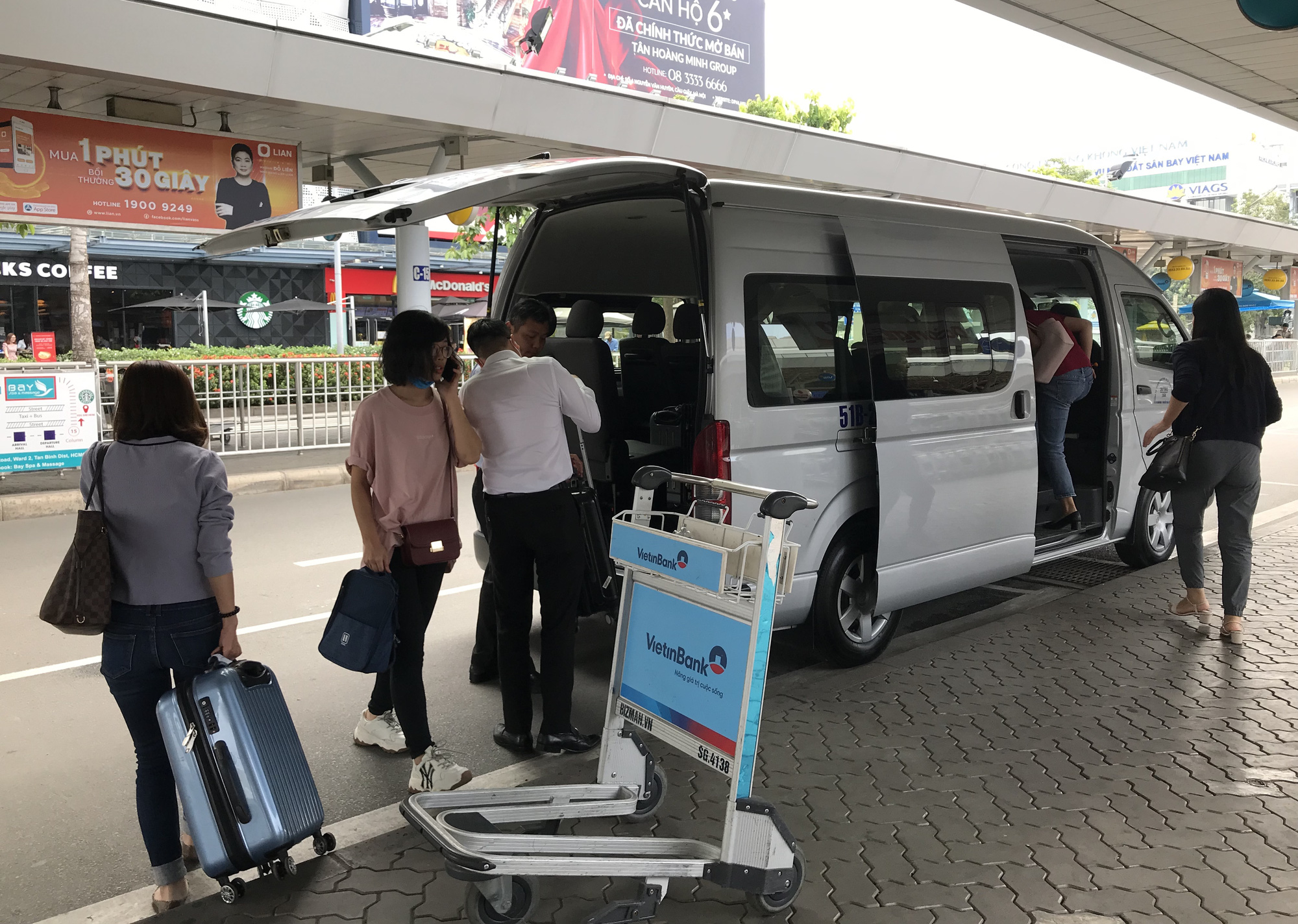 Khách vã mồ hôi, vác vali ra khỏi sân bay Tân Sơn Nhất,  cắt ngang làn ô tô để đón xe - Ảnh 8.