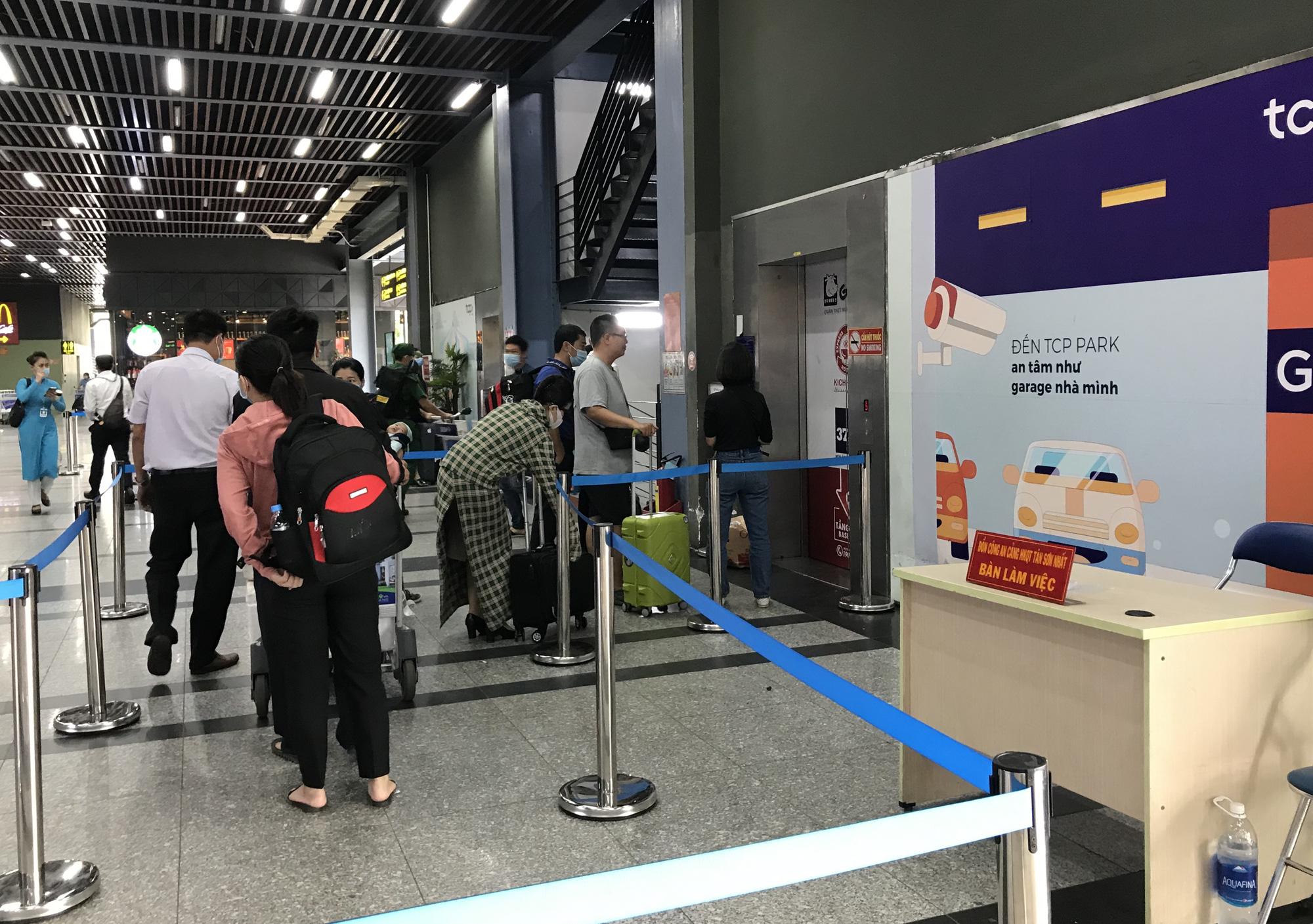 Khách vã mồ hôi, vác vali ra khỏi sân bay Tân Sơn Nhất,  cắt ngang làn ô tô để đón xe - Ảnh 10.