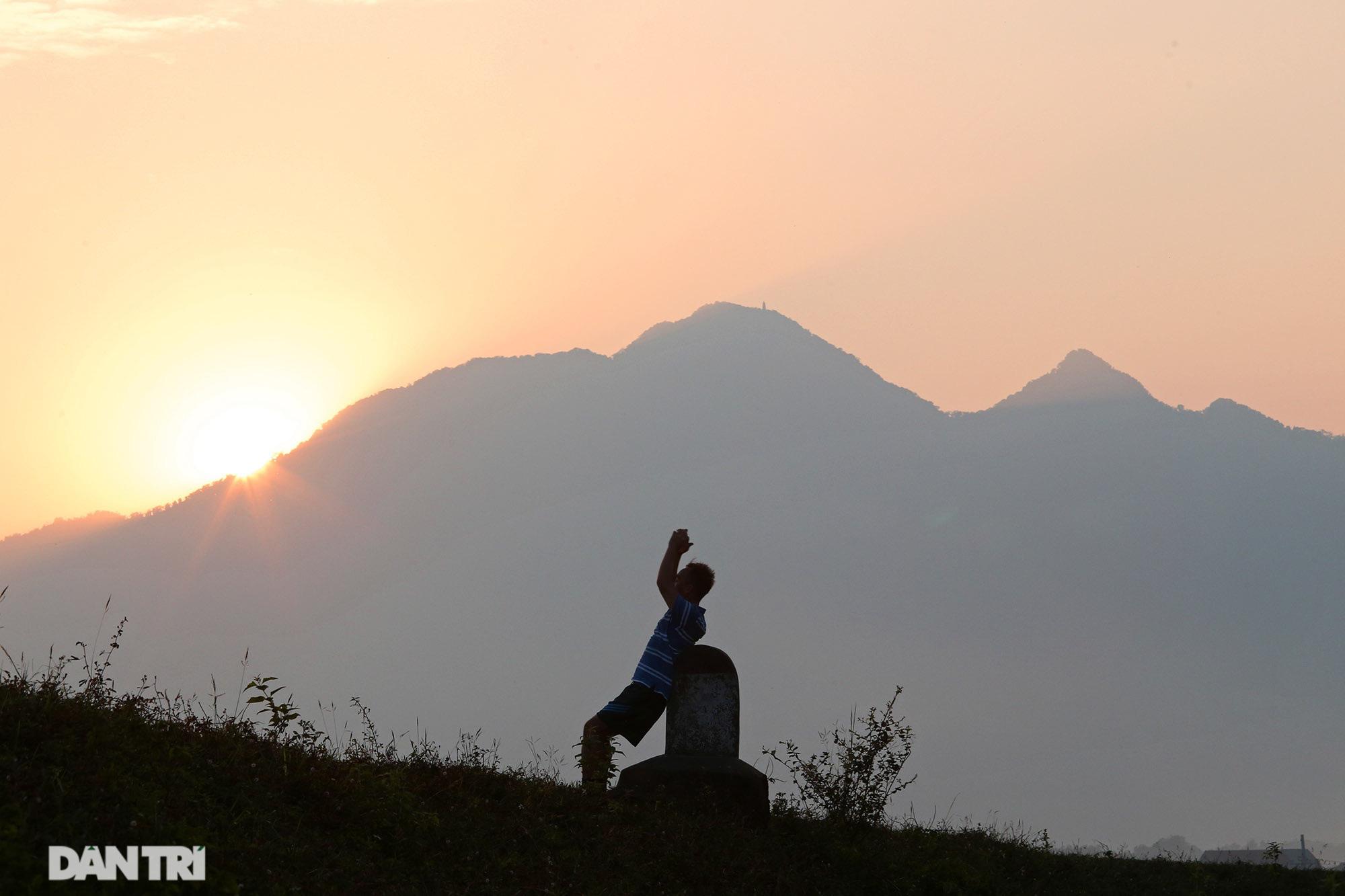 Núi thiêng gần Hà Nội đẹp mê mải nhìn từ muôn phương tám hướng - Ảnh 8.
