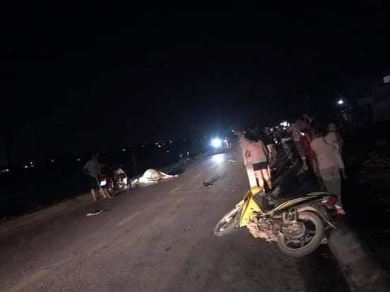 Hai người đi xe máy thương vong vì tông trúng bò thả rông trên quốc lộ - Ảnh 1.