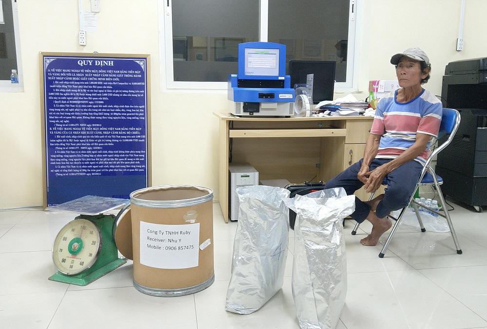 An Giang: Bắt giữ hơn 30kg nghi vấn là ma túy từ Campuchia về Việt Nam - Ảnh 1.