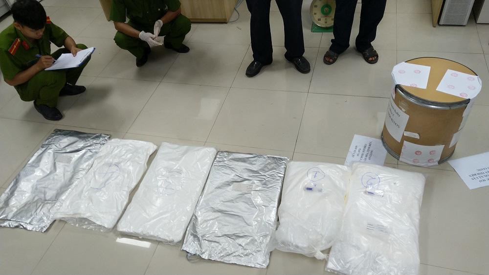 An Giang: Bắt giữ hơn 30kg nghi vấn là ma túy từ Campuchia về Việt Nam - Ảnh 2.