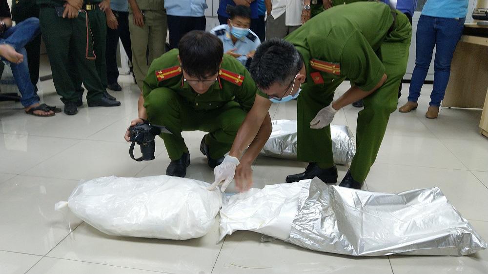 An Giang: Bắt giữ hơn 30kg nghi vấn là ma túy từ Campuchia về Việt Nam - Ảnh 3.