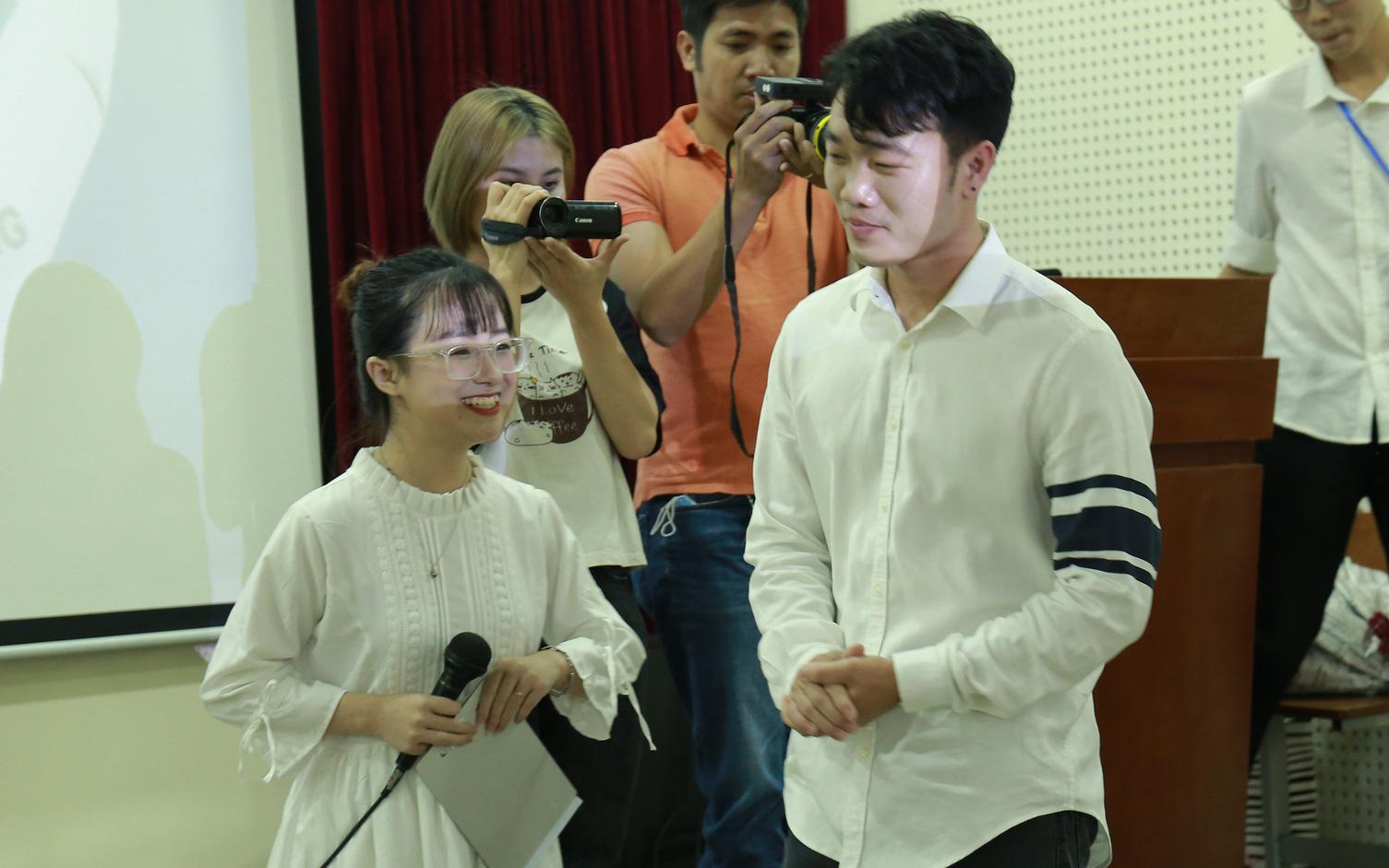 Nữ sinh Báo chí bất ngờ tỏ tình với Lương Xuân Trường giữa đám đông
