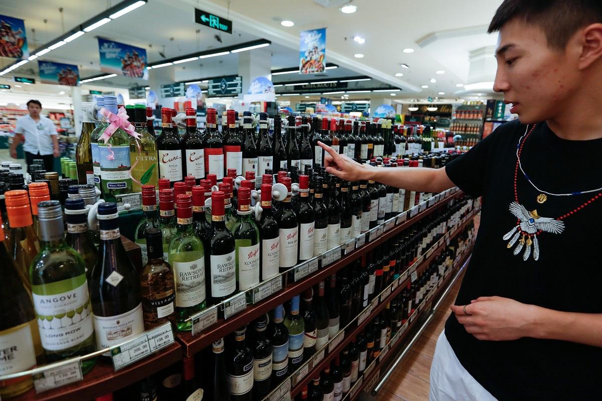 Trung Quốc áp thuế tới 212,1% với rượu vang Úc - Ảnh 1.