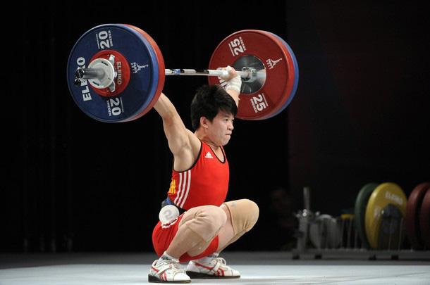 Cử tạ Việt Nam bất ngờ nhận HCĐ Olympic sau... 8 năm - Ảnh 1.