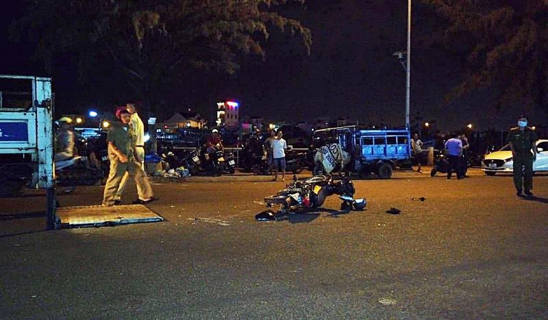 Diễn phun lửa trước quán nhậu để bán hàng cho khách, thiếu nữ 18 tuổi bị xe tông tử vong - Ảnh 1.