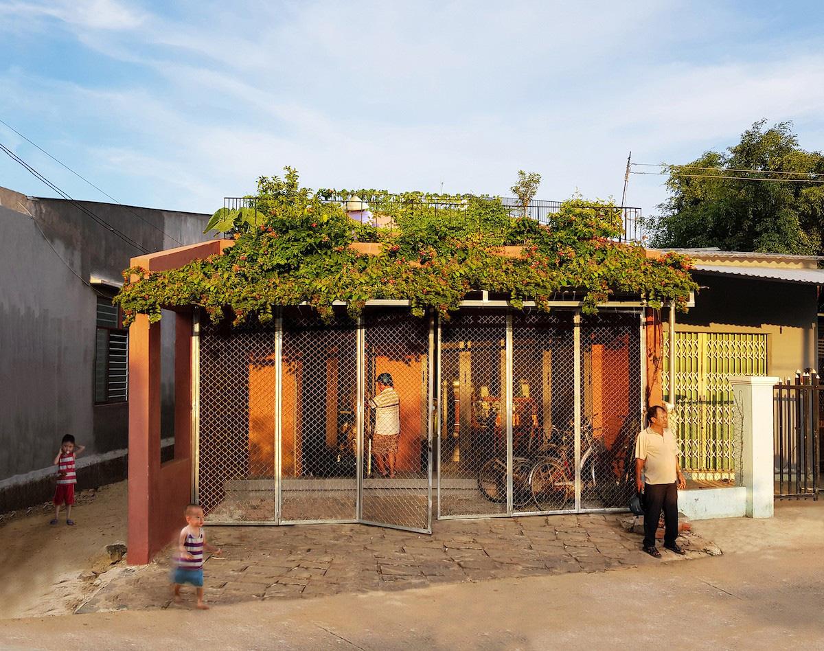 Ngôi nhà tại Việt Nam có 7 bậc thang trồng rau trên mái được quốc tế vinh danh - Ảnh 1.