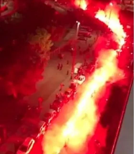Hình ảnh con phố chìm trong biển khói đỏ.