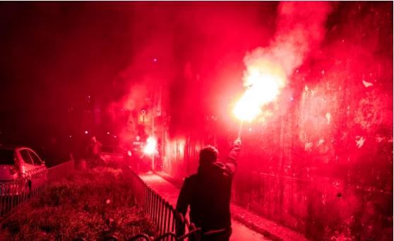 CĐV Napoli xếp hàng trên phố rồi đốt pháo sáng.