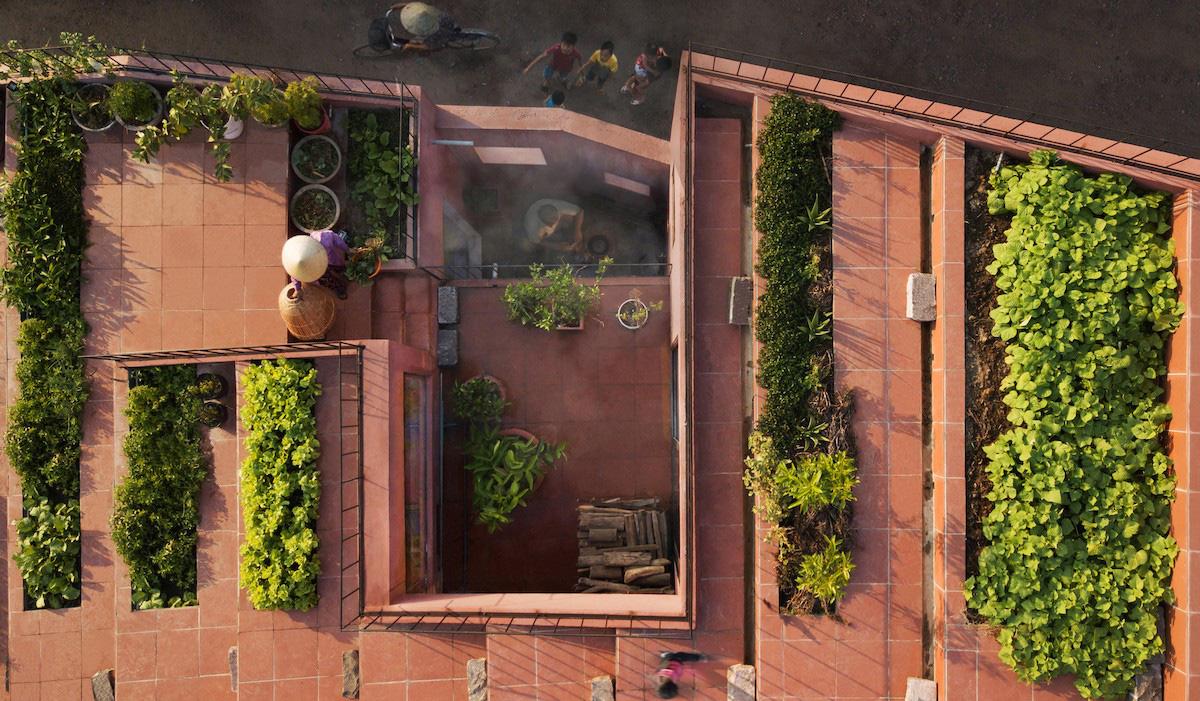 Ngôi nhà tại Việt Nam có 7 bậc thang trồng rau trên mái được quốc tế vinh danh - Ảnh 3.