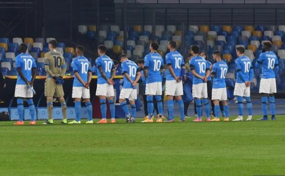 Các cầu thủ Napoli tưởng niệm huyền thoại của CLB.