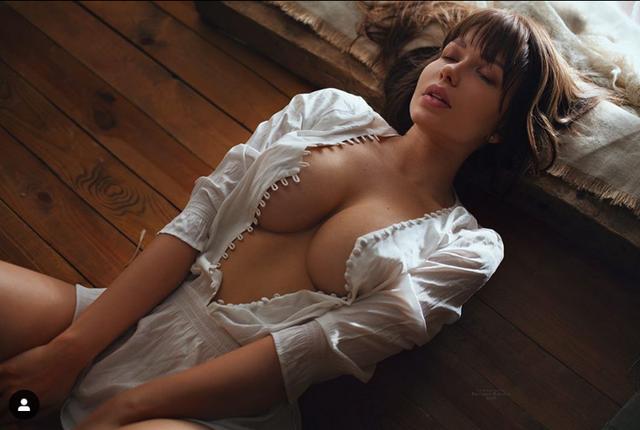 """Siêu mẫu Playboy ủng hộ đội trưởng ĐT Nga """"tự sướng"""" - Ảnh 2."""