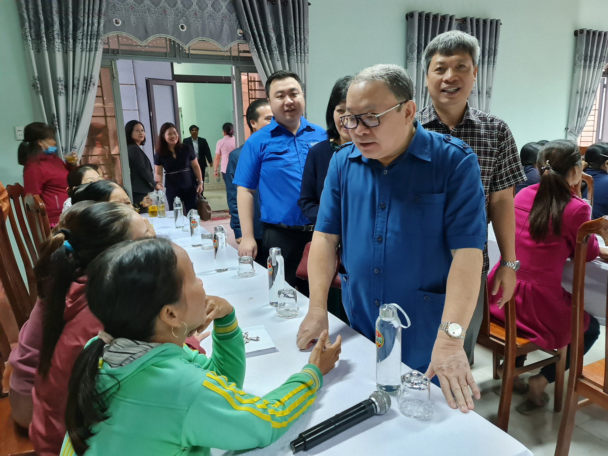 Chủ tịch TƯ Hội Nông dân Việt Nam trao 1.543 bộ đồ dùng thiết yếu cho nữ hội viên Quảng Nam - Ảnh 2.
