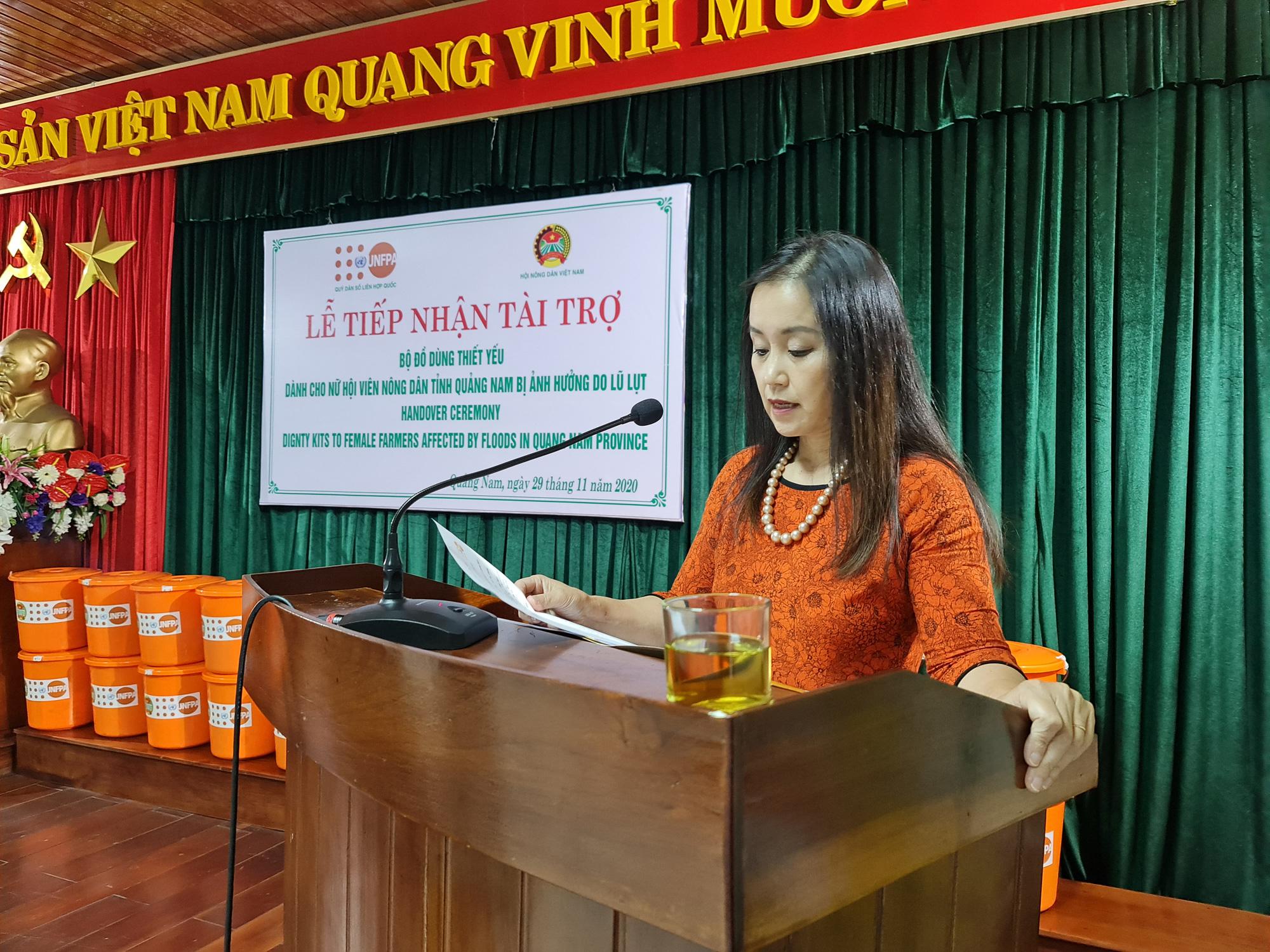 Chủ tịch TƯ Hội Nông dân Việt Nam trao 1.543 bộ đồ dùng thiết yếu cho nữ hội viên Quảng Nam - Ảnh 9.