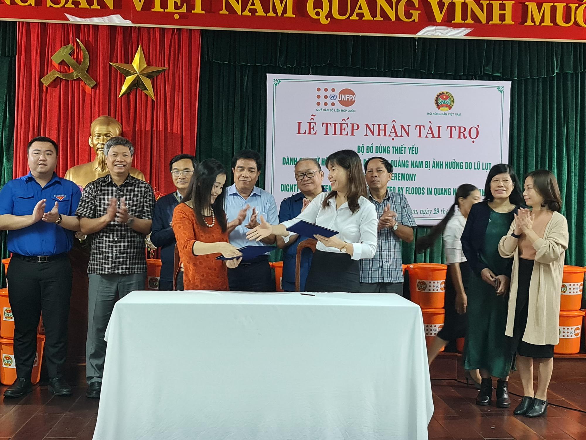 Chủ tịch TƯ Hội Nông dân Việt Nam trao 1.543 bộ đồ dùng thiết yếu cho nữ hội viên Quảng Nam - Ảnh 8.