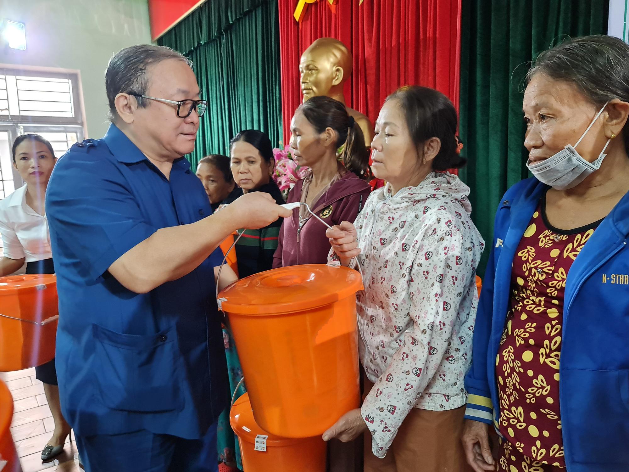 Chủ tịch TƯ Hội Nông dân Việt Nam trao 1.543 bộ đồ dùng thiết yếu cho nữ hội viên Quảng Nam - Ảnh 5.