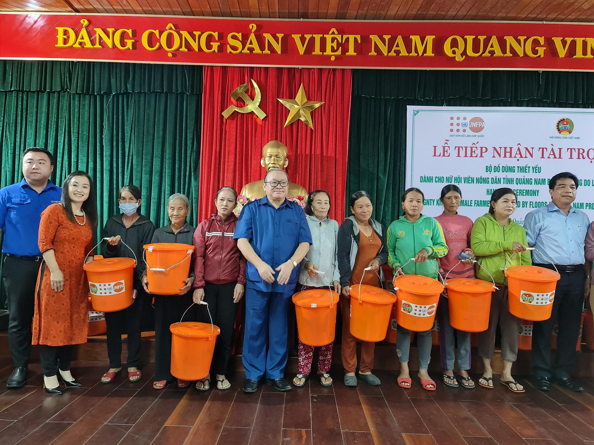 Chủ tịch TƯ Hội Nông dân Việt Nam trao 1.543 bộ đồ dùng thiết yếu cho nữ hội viên Quảng Nam - Ảnh 6.