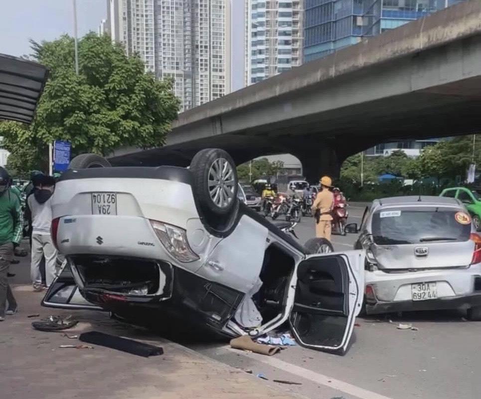 Tai nạn giao thông liên hoàn trên đường Phạm Hùng, 4 người bị thương - Ảnh 2.