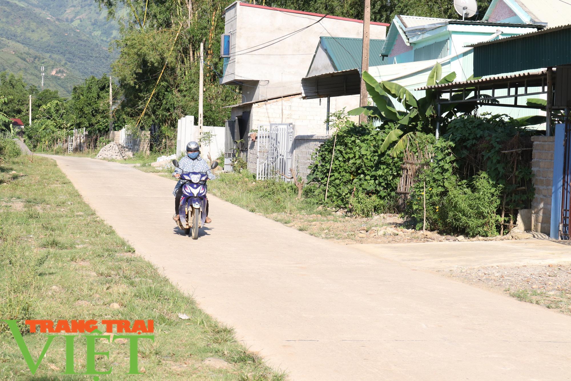 Phù Yên nỗ lực cứng hóa đường giao thông nông thôn - Ảnh 1.